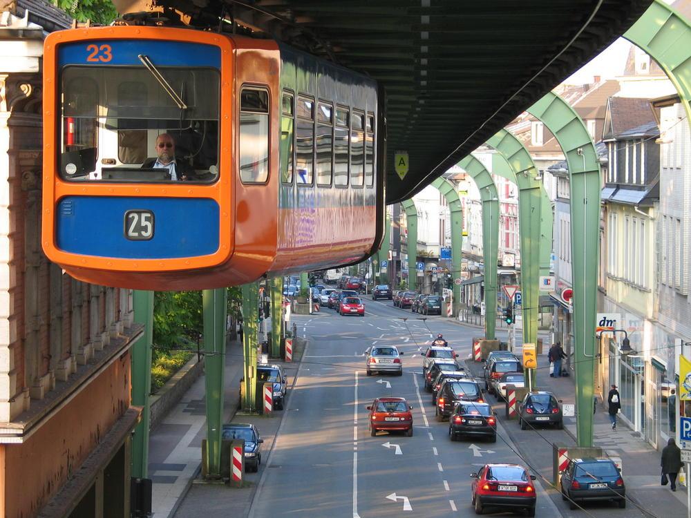Wuppertaler Schwebebahn über der Kaiserstraße in Vohwinkel
