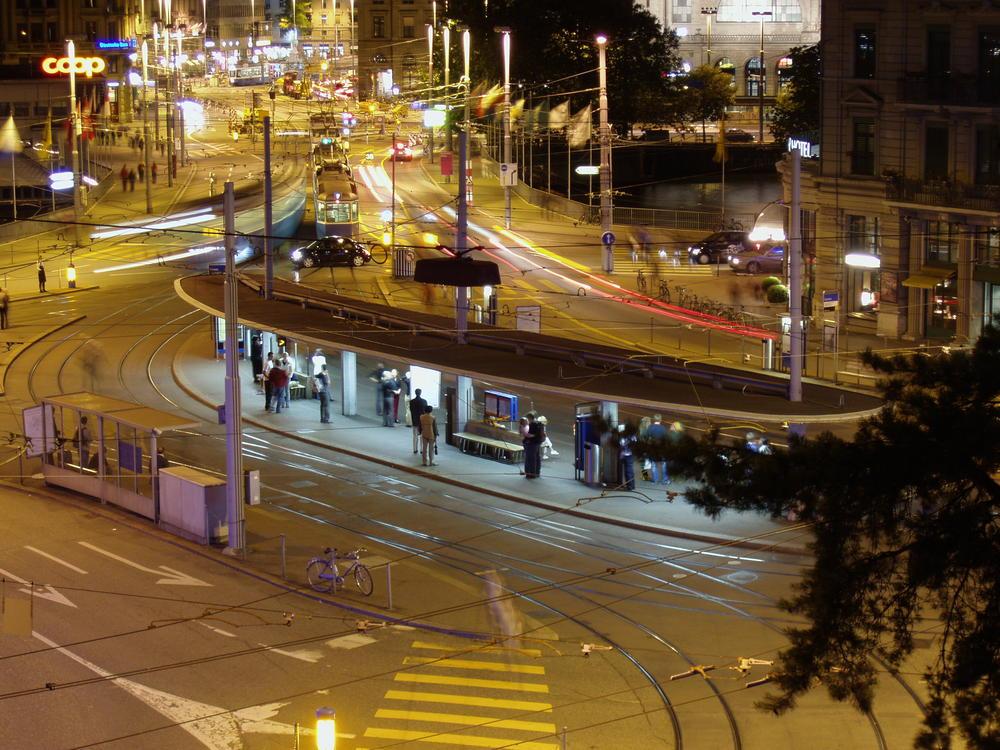 Zürich Central, im Hintergrund der Hauptbahnhof