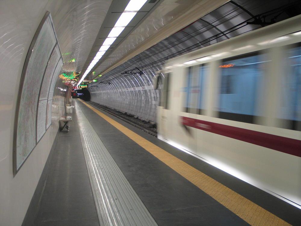 """Abfahrende U-Bahn in der Station """"Manzoni"""""""