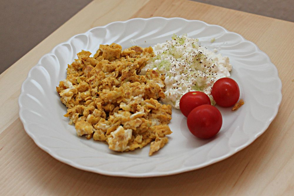 Rührei mit Frischkäse und Tomaten: So lecker kann Abnehmen sein