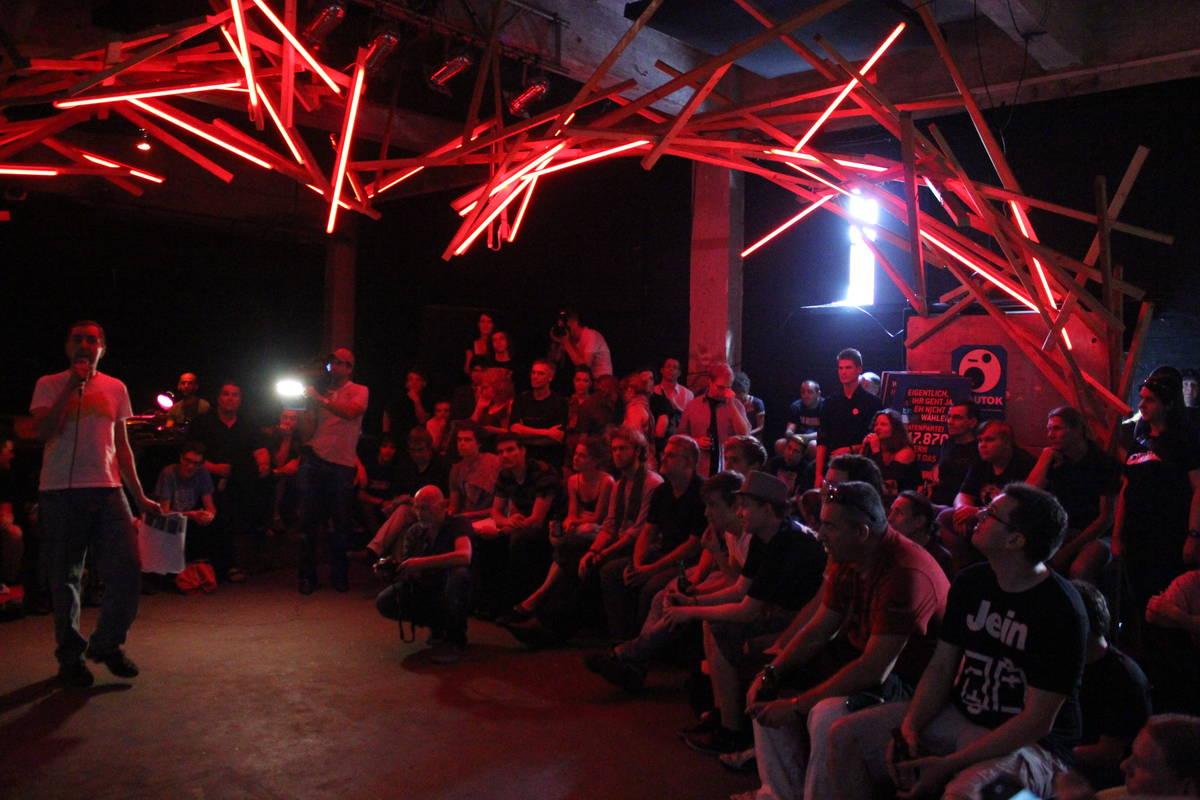 Chez Jacki mit roten Lampen an der Decke und roten Gesichtern darunter: Es war brütend heiß