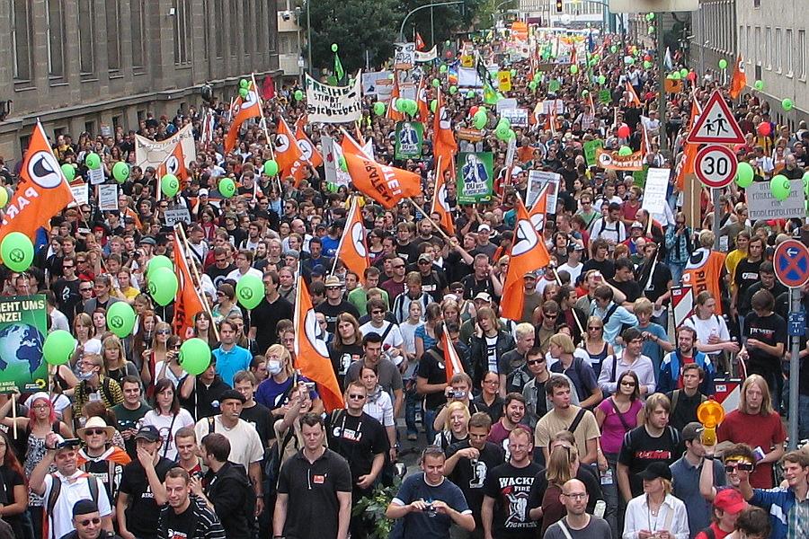 """September 2009: Auf der """"Freiheit statt Angst""""-Demonstration in Berlin ist die Piratenpartei massiv vertreten. Netzpolitik ist einer der Kristallisationspunkte der Partei"""