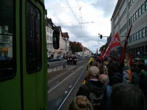 Abschlusskundgebung: Auf der stadtauswärtigen Seite der Podbi, hinter den Bahngleisen