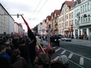Demonstrationsteilnehmer und Quelle des Unmuts durch 15 Meter und 2 Polizeiketten getrennt