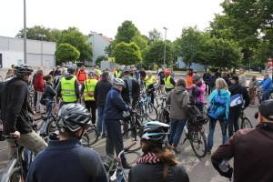 """Etwa 40 Leute am Sahlkamp starteten die """"Tour Ost"""""""