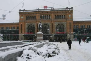 Ernst-August-Platz mit Bahnhof im Januar 2010: Name nicht mehr gut genug?
