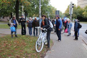 Aufstellen des Ghostbike an der Ausfahrt Göttinger Straße