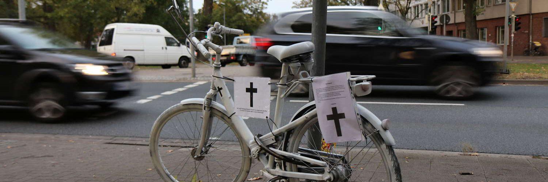 Ghostbike am Deisterkreisel: Erinnerung an einen zu Tode gekommenen Menschen