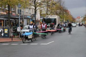 Fahrradkolonne mit Abstandhaltern: Endlich genug Sicherheitsabstand