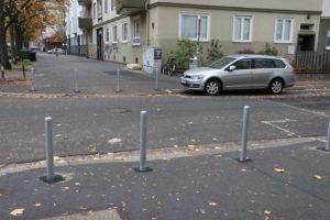 Darum geht's: Die Stadt verhindet mit Pollern illegales Fußwegparken