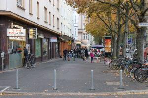 Der Platz bleibt den Menschen: Abgepollerter Fußweg an der Jakobistraße