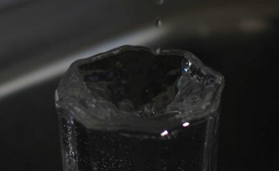 Wassertropfen fällt in Glas, 2005