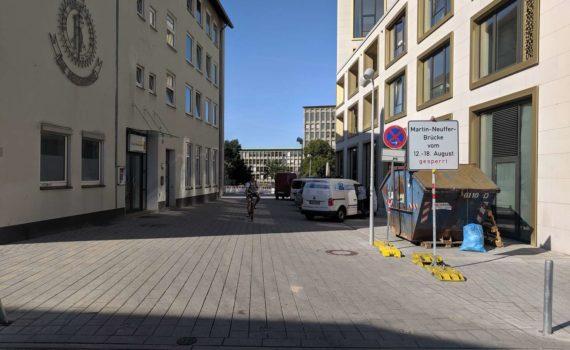 Sperrung der Martin-Neuffer-Brücke, einziger Hinweis sind diese Schilder.