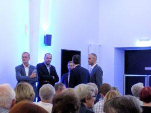 Die Kandidaten und der Moderator vor Beginn der Veranstaltung: Eckhard Scholz, Felix Harbart, Marc Hansmann (mit dem Rücken zum Publikum), Belit Onay