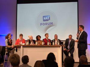 Conrad von Meding (rechts) eröffnet die Runde. Die Kandidaten (von links): Catharina Gutwerk (PARTEI), Ruth Esther Gilmore, Jessica Kaußen (Linke), Iyabo Kaczmarek, Tobias Braune, Adam Wolf (Piraten), Joachim Wundrak (AfD)