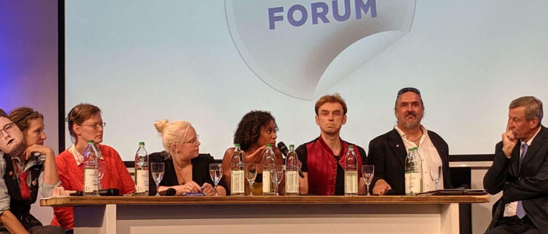 Diskussionsrunde: Iyabo Kaczmarek in der Mitte mit Mikrofon