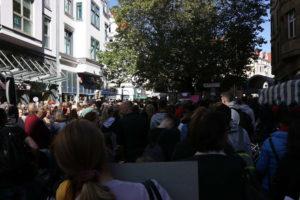 Schon deutlich vor dem Lister Platz dicht: Die Lister Meile zum Demostart
