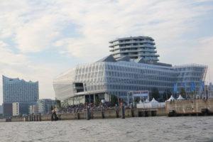 Unilever-Gebäude und Elbphilharmonie in der Hafencity, 2015