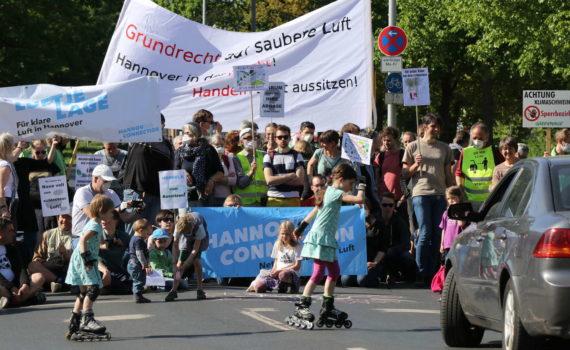 Blockade Leibnizufer durch die HannovAir Connection, Hannover, 2018