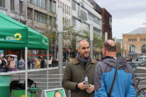 Belit Onay am Wahlkampfstand am Kröpcke