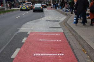 Darum geht's: Der Radstreifen wird an der Bushaltestelle einfach unterbrochen.