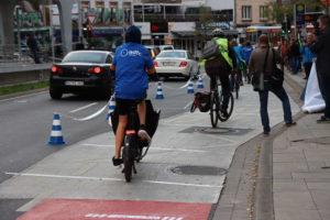 So könnte es sein: Der Radstreifen wird an dieser Stelle durchgezogen, Radfahrer können gefahrlos entlangfahren.