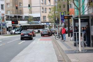 Falschparker auf dem Radstreifen - die sind der Polizei egal.