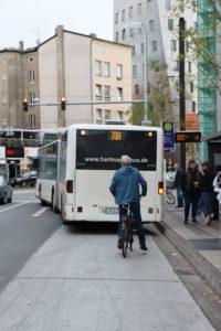 Alltag am Steintor: Radverkehr wird blockiert.
