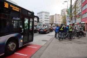 Alltag am Steintor: Bus schneidet die Radspur.