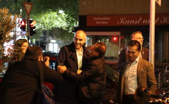 Belit Onay kommt um kurz nach 20 Uhr auf der Wahlparty an