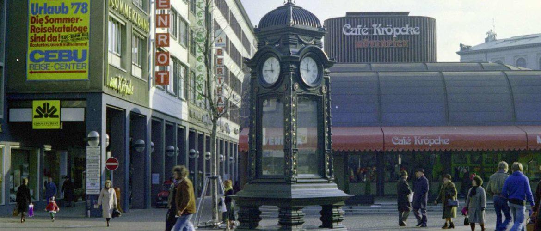 Kröpckeuhr vor Rathenaustraße und Café Kröpcke, Februar 1978