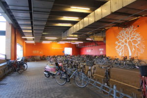 Symbolbild: Fahrradparkhaus in einem Einkaufszentrum in Kopenhagen...