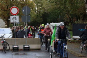 Fahrraddemo an der Sperre Am Grünen Hagen/Barthold-Knaust-Straße