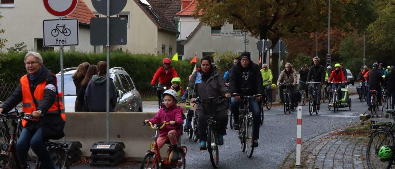 Fahrraddemonstration mit 250 Teilnehmern gegen den Abbau der Sperren einige Tage vor der Bezirksratssitzung