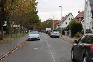 Am Sauerwinkel. Rechts im Bild ein Radweg, der bei Aufhebung der Sperren zur Ersatzfahrbahn in der engen Straße würde.