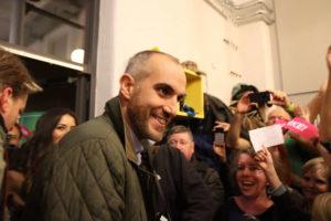 Belit Onay beim Eintreffen auf der Wahlparty der Grünen