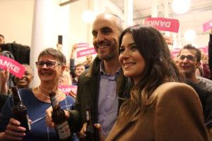 Gisela Witte, Vorsitzende des grünen Stadtverbandes, Belit Onay und seine Frau Derya stoßen an