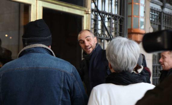 Begrüßung durch die Kommunikationschefin an der Rathaustür
