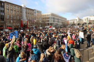 Opernplatz voller Menschen: Fridays For Future demonstriert