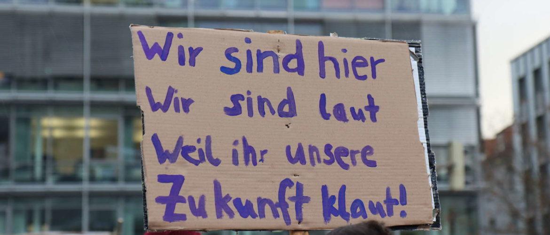 """Plakat: Wir sind hier, wir sind laut, weil ihr uns die Zukunft klaut! Eines der wichtigsten Mottos von """"Fridays For Future"""""""