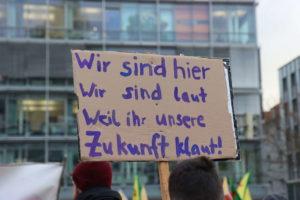 Plakat: Wir sind hier, wir sind laut, weil ihr uns die Zukunft klaut! Eines der wichtigsten Mottos von