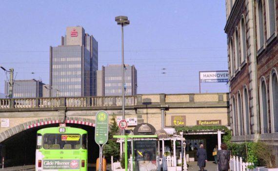 Hannover damals und heute (3): Fernroder Straße am Ernst-August-Platz, Februar 1990