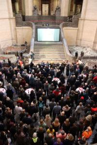 Große Leinwand auf der Freitreppe - Public Viewing im Neuen Rathaus
