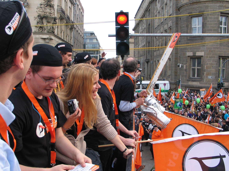 """Auf dem Lkw der Piratenpartei auf der """"Freiheit statt Angst""""-Demonstration, Berlin, September 2009"""