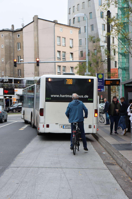 Bus blockiert Radverkehr, Hannover, 2019