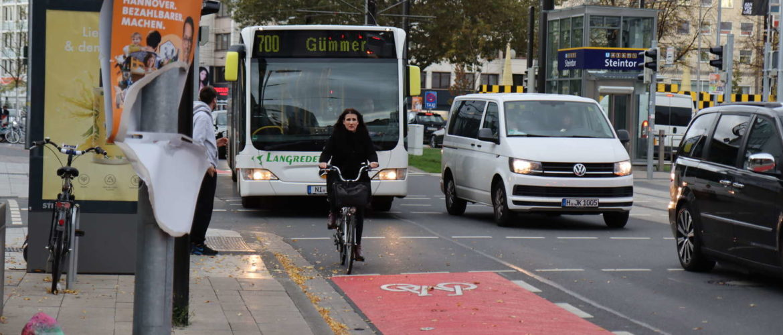 Bus jagt Radfahrerin, Hannover, Steintor, 2019