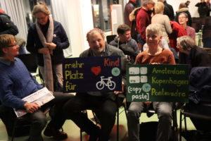 Vertreter von Parents For Future im Publikum mit Plakaten