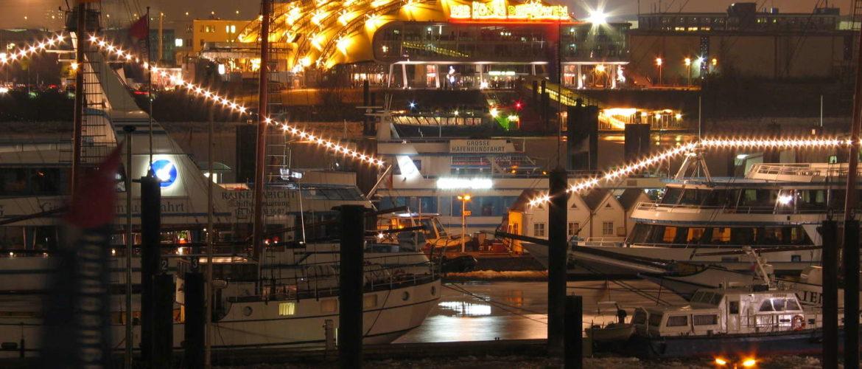 Hamburger Hafen von der U-Bahnstation Baumwall aus gesehen, Hamburg, Januar 2006