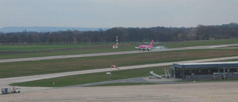 Landendes Flugzeug am Flughafen Langenhagen, Langenhagen, April 2006