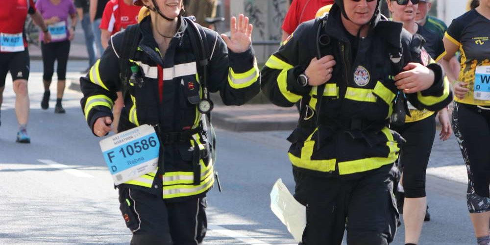 Feuerwehrmänner im 10-km-Lauf, Hannover-Marathon, Hannover, 2019
